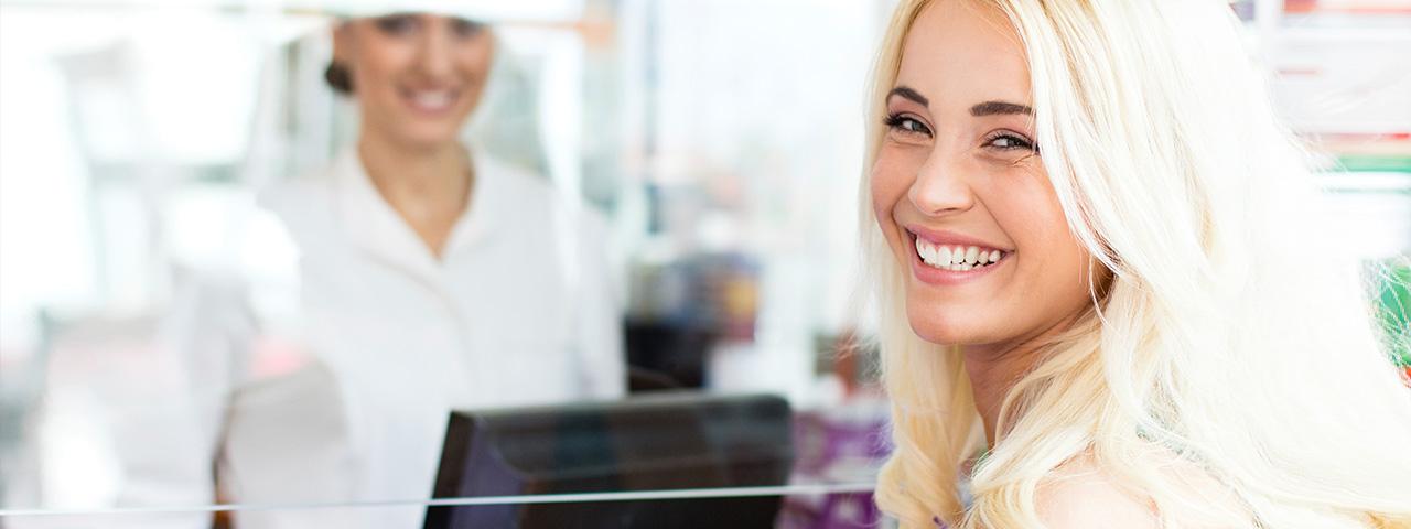 Erfahren Sie mehr über die Produkte von Kreussler Pharma. Eine Frau lächelt in die Kamera.